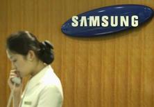 <p>Samsung Electronics, premier fabricant mondial de mémoires et de téléviseurs, vise une hausse de son bénéfice net en 2008 mais revoit à la baisse son objectif de hausse du chiffre d'affaires cette année, à plus de 10%, contre plus de 15% annoncé en janvier. /Photo prise le 13 juillet 2007/REUTERS/Han Jae-ho</p>