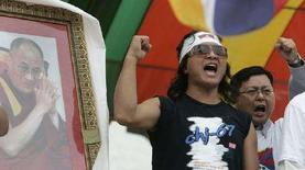 <p>Протестующие скандируют лозунги перед портретом Далай-ламы, начиная 49-часовую голодовку в Тайбэе 28 марта 2008 года. Далай-лама в пятницу обвинил китайские СМИ во лживом и искаженном освещении событий в Тибете, сказав, что это может обострить противоречия между тибетцами и этническими китайцами. (REUTERS/Pichi Chuang)</p>