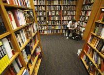 """<p>Мужчина читает книгу в одном из книжных магазинов Сингапура 1 декабря 2007 года. Самоучитель """"Если вы хотите поставить точку в отношениях, начните со своих ног"""" стал победителем в конкурсе """"Самая странная книга 2007 года"""", сообщил в пятницу специализированный журнал The Bookseller. (REUTERS/Vivek Prakash)</p>"""