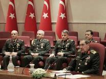 <p>Глава турецкого Генштаба Яшар Бююканыт (справа) выступает перед представителями СМИ в Анкаре, Турецкие вооруженные силы убили 15 членов нелегальной партии рабочих Курдистана (PKK) на севере Ирака в четверг, а затем организовали воздушную атаку на повстанцев, сообщила армия в субботу. (REUTERS/Umit Bektas)</p>