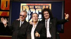 """<p>I membri della leggenderia rock band britannica Queen Brian May (a sinistra) e Roger Taylor (a destra) con il regista Ben Elton a Vienna nel novembre 2007 per la presentazione di """"We wil rock you"""" in Austria. REUTERS/Herbert Neubauer</p>"""