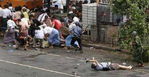 <p>Il video giornalista Kenji Nagai di APF cerca di scattare foto mentre giace ferito dopo che la polizia ha aperto il fuoco per disperdere una manifestazione in Myanmar. Nagai è poi deceduto. REUTERS/Adrees Latif</p>
