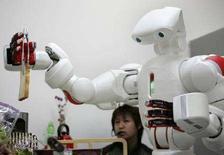 <p>Японский робот Twendy-One готовит тосты во время испытаний в университете Waseda University в Токио, 27 ноября 2007 года. Роботы к 2025 году смогут выполнять работу, для которой Японии потребовалось бы занять 3,5 миллиона человек, говорится в сообщении аналитического отдела организации Machine Industry Memorial Foundation. (REUTERS/Michael Caronna)</p>