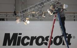 <p>Microsoft annonce avoir mis en ligne plus de 14.000 pages supplémentaires de documentations techniques sur ses logiciels afin d'assurer leur compatibilité avec les programmes des éditeurs concurrents, conformément à la demande de l'exécutif européen. /Photo prise le 3 mars 2008/REUTERS/Hannibal Hanschke</p>