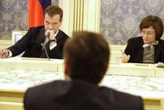 <p>Избранный президент РФ Дмитрий Медведев (слева) и министр экономического развития и торговли Эльвира Набиуллина на встрече с представителями Российского союза промышленников и предпринимателей в Москве 8 апреля 2008 года. Принятие долгосрочной концепции социально-экономического развития России до 2020 года переносится с мая на более поздний срок, сообщила Набиуллина. (REUTERS/RIA Novosti/Dmitry Astakhov)</p>