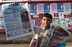 <p>Молодой человек продает оппозиционные газеты в Баку, 1 ноября 2000 года. Представитель Организации по безопасности и сотрудничеству в Европе (ОБСЕ) по вопросам свободы прессы Миклош Харашти призвал власти Азербайджана приостановить уголовные дела в отношении журналистов и помиловать их. (STR.)</p>
