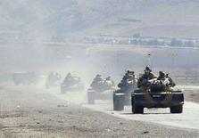 <p>Турецкие танки на марше недалеко от города Силопи, на границе с Ираком, 22 февраля 2008 года. Российский госхолдинг Рособронэкспорт выиграл тендер на поставку противотанковых систем и ракет для турецкой армии, сообщила в среду комиссия по проведению тендера. (REUTERS/Stringer)</p>