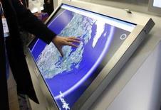 <p>Démonstration Google Earth sur écran tactile au Consumer Electronics Show de Las Vegas. Le service de cartographie du premier moteur de recherche, tente de convaincre les experts des Nations unies qu'il peut éveiller les consciences sur la situation dans les camps de réfugiés à travers le monde et, potentiellement, de drainer des fonds, grâce à leur localisation sur ses cartes. /Photo prise le 8 janvier 2008/REUTERS/Rick Wilking</p>