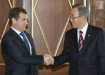 <p>Избранный президент РФ Дмитрий Медведев на встрече с генсеком ООН Пан Ги Муном в Кремле 9 апреля 2008 года. Попытки решить глобальные проблемы за пределами ООН могут привести к непредвиденным негативным последствиям, сказал избранный президент Дмитрий Медведев на встрече с генсеком ООН Пан Ги Муном в среду. (REUTERS/Alexander Natruskin)</p>