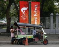 <p>Bangkok attende la torcia olimpica. REUTERS/Chaiwat Subprasom</p>