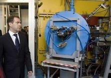 <p>Избранный президент РФ Дмитрий Медведев осматривает центр ядерных исследований в Дубне, 18 апреля 2008 года. Медведев, вступающий в должность президента РФ менее чем через три недели, потребовал от чиновников подготовить план научно-технического развития страны на двадцать с лишним лет вперед - до 2030 года. (REUTERS/Sergei Karpukhin)</p>