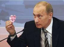 <p>Президент России Владимир Путин на пресс-конференции в московском Кремле, 14 февраля 2008 года. Путин опроверг в пятницу слухи о тайном разводе с женой Людмилой и скорой женитьбе на гимнастке Алине Кабаевой. (REUTERS/Eduard Korniyenko)</p>