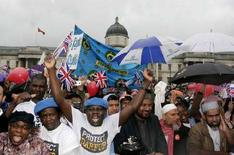 <p>Участники демонстрации, борющиеся за права эммигрантов, на Трафальгарской площади в Лондоне 7 мая 2007 года. Почти две трети британцев опасаются, что расовая неприязнь может вылиться в прямые столкновения, в то время как половина населения Великобритании желает, чтобы иммигранты покинули страну, показали результаты опубликованного в пятницу опроса Mori/BBC. (REUTERS/Luke MacGregor)</p>