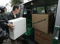 """<p>Un poliziotto tedesco carica su un furgone componenti di pc sequestrati al """"Centro di Informazione Islamica"""" a Ulm nel settembre 2007. REUTERS/Alexandra Beier (GERMANY)</p>"""
