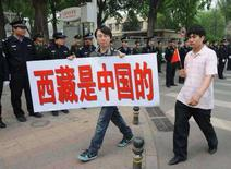 <p>Giovani cinesi protestano davanti all'ambasciata francese a Pechino. REUTERS/Joe Chan (CHINA)</p>