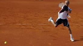 <p>Николай Давыденко отбивает мяч, посланный французским теннисистом Марком Жикелем на турнире Estoril Open в Лисабоне 18 апреля 2008 года. Российский теннисист Николай Давыденко в пятницу вышел в 1/2 финала турнира Estoril Open. (REUTERS/Nacho Doce (PORTUGAL)</p>