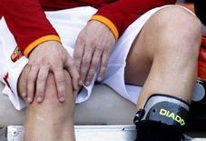 <p>Il capitano della Roma Francesco Totti si controlla il ginocchio destro infortunato durante la partita contro il Livorno. REUTERS/Giampiero Sposito</p>