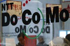 <p>Il logo NTT DoCoMo su un avetrina di un negozio a Tkyo, Giappone, gennaio 2008. REUTERS/Issei Kato</p>