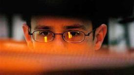 <p>Un uomo al computer. REUTERS/Chris Pizzello</p>