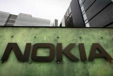 <p>Nokia, le premier fabricant mondial de téléphones mobiles, a dévoilé trois nouveaux combinés, destinés au marché très disputé des appareils de milieu de gamme. La commercialisation de ces nouveaux portables débutera au cours du troisième trimestre et leur prix de vente sera compris entre 175 et 275 euros, hors taxes et droits de douane. /Photo prise le 11 avril 2008/REUTERS/Bob Strong</p>