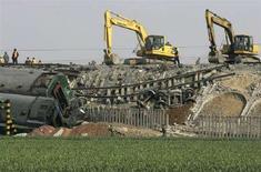 <p>Спасательные работы на месте столкновения двух поездов в китайской провинции Шаньдун 28 апреля 2008 года. По крайней мере 66 человек погибли, несколько сотен были ранены при столкновении двух пассажирских поездов на востоке Китая в понедельник, сообщило агентство Синьхуа. (REUTERS/Stringer)</p>