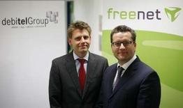 <p>Le présidents du directoire de Freenet Eckhard Spoerr (à droite) et son homologie de Debitel, Oliver Steil. L'opérateur allemand de télécommunications Freenet a conclu le rachat de Debitel au groupe de capital-investissement Permira pour 1,63 milliard d'euros, en dépit de l'opposition de son grand actionnaire United Internet. Le nouvel ensemble Freenet-Debitel devrait se hisser au troisième rang du marché de la téléphonie mobile en Allemagne avec quelque 19 millions de clients. /Photo prise le 28 avril 2008/REUTERS/Christian Charisius</p>