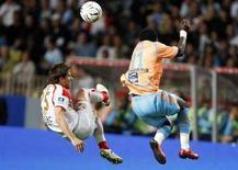 """<p>Игрок """"Марселя"""" Мамаду Нианг (справа) борется за мяч с футболистом """"Монако"""" Дамианом Куффре в матче чемпионата Франции в Монако 27 апреля 2008 года. В выходные во Франции прошли матчи 35-го тура чемпионата страны по футболу. (REUTERS/Eric Gaillard)</p>"""