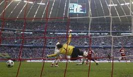 """<p>Игрок """"Баварии"""" Франк Рибери (третий справа) забивает гол в ворота """"Штуттгарта"""" в матче чемпионата страны в Мюнхене 27 апреля 2008 года. В выходные в Германии прошли матчи 30-го тура чемпионата страны по футболу. (REUTERS/Alexandra Beier)</p>"""