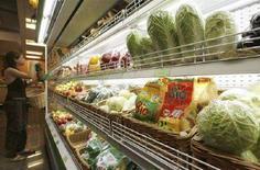 <p>Покупатель изучает продукты в супермаркете в Москве 22 июня 2007 года. Жители Рязани с трудом представляют, как можно сочетать поход в боулинг с покупками в супермаркете. А в Санкт-Петербурге наоборот: покупатели считают идеальным сочетание торгового и развлекательного компонентов, даже если таковым является аквапарк. (REUTERS/Sergei Karpukhin)</p>