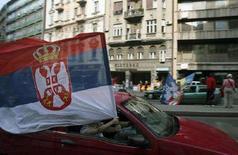 <p>Флаг Сербии развевается над машиной в Белграде 29 апреля 2008 года. Сербия и Европейский союз подписали во вторник долгосрочный пакт о сотрудничестве, являющийся первым шагом для вступления в ЕС. Подписание соглашения произошло за несколько дней по проведения парламентских выборов в Сербии. (REUTERS/Stringer)</p>