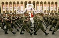 <p>Военный парад в Тбилиси 26 мая 2007 года. Российский МИД во вторник обвинил Тбилиси в подготовке к военной операции в Абхазии, заявив о присутствии в регионе спецназа Минобороны Грузии, ее артиллерии и авиации. МВД Грузии назвало эти сообщения Москвы дезинформацией, нацеленной на искусственную эскалацию конфликта. (REUTERS/David Mdzinarishvili)</p>