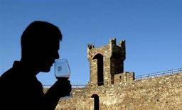 <p>Un turista odora un bicchiere di Brunello di Montalcino a Montalcino. REUTERS/Max Rossi</p>