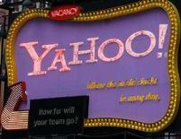 <p>Il logo di Yahoo a Time Square. REUTERS/Joshua Lott</p>