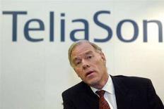 <p>Глава TeliaSonera Андерс Игель открывает торговлю акциями компании на бирже в Хельсинки, 9 декабря 2002 года. Шведские телекоммуникационные операторы TeliaSonera и Tele2 в четверг сообщили, что выиграли аукционы на частоты связи четвертого поколения (4G) в Швеции. (REUTERS/LEHTIKUVA/Jussi Nukari)</p>