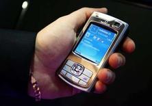 <p>Nokia compte vendre 35 millions de téléphones équipés du GPS cette année, déclare le directeur général Olli-Pekka Kallasvuo. /Photo d'archives/REUTERS/Albert Gea</p>