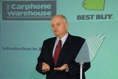 <p>Brad Anderson, le directeur général de Best Buy, en conférence de presse à Londres. L'américain Best Buy et le britannique Carphone Warehouse ont annoncé une alliance dans la téléphonie mobile qui permettra au numéro un mondial de la distribution de produits électroniques grand public d'être présent sur le marché européen. /Photo prise le 8 mai 2008/REUTERS</p>