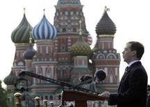 <p>Дмитрий Медведев выступает на параде, посвященном Дню Победы, 9 мая 2008 года. Комиссар ЕС по вопросам расширения Олли Рен в четверг приветствовал обещания нового президента России защищать свободу и правопорядок, но сказал, что нужно посмотреть, чем они обернутся в реальности. (REUTERS/Grigory Dukor)</p>