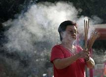 <p>Этническая китаянка молится в буддийском храме на острове Пинанг на севере Малайзии 2 февраля 2008 года. Религиозный суд штата Пинанг в четверг разрешил гражданке Малайзии официально отказаться от ислама и вернуться в буддизм (REUTERS/Zainal Abd Halim)</p>