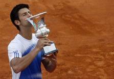 <p>Il tennista serbo Novak Djokovic bacia la coppa conquistata agli Open di Roma. REUTERS/Dario Pignatelli (ITALY)</p>
