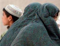 <p>Donna afghana nel villaggio di Siah Choy, a ovest di Kandahar, maggio 2008. REUTERS/Goran Tomasevic</p>