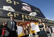 <p>Alcuni appassionati del film Indiana Jones di fornte al palazzo del Festival a Cannes oggi. REUTERS/Eric Gaillard</p>