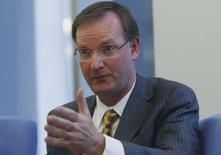<p>David Goulden, directeur financier d'EMC, déclare que son groupe, numéro un mondial du stockage de données, anticipe une hausse des investissements dans son secteur d'activité légèrement supérieure à celle de l'ensemble des services informatiques. /Photo prise le 19 mai 2008/REUTERS/Joshua Lott</p>