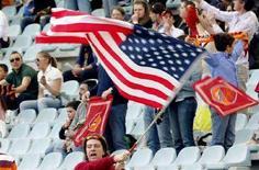 <p>Un tifoso della Roma sventola una bandiera americana durante una partita di Serie A. REUTERS/Alessandro Bianchi</p>