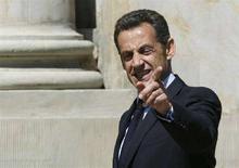 <p>Президент Франции Николя Саркози приветсвует журналистов перед встречей с польским премьером Дональдом Туском в Варшаве, 28 мая 2008 года. Президент Франции в среду сообщил о своем намерении выступить с инициативой партнерства ЕС с Украиной, что впоследствии будет способствовать вступлению последней в интеграционный блок. (REUTERS/Kacper Pempel)</p>