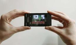 <p>Un mobile permettant de recevoir la télévision à la norme DVB-H. L'apparition d'un nouveau type de téléphones portables, à la norme concurrente DVB-T, a fait prendre une nouvelle tournure au débat sur la manière dont les opérateurs mobiles peuvent espérer bénéficier du développement de la télévision mobile. Le lancement de tels services ayant été retardé par des années de polémique concernant le partage des investissements dans les réseaux, les standards à adopter et même la réalité de la demande. /Photo prise le 11 février 2008/REUTERS/Albert Gea</p>