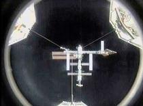 <p>La Station spatiale internationale (l'ISS). Depuis la semaine dernière, l'unique cabinet de toilette de l'ISS ne fonctionne plus et les trois membres d'équipage sont obligés de faire leurs besoins dans des sacs en plastique, en attendant l'arrivée de la navette américaine Discovery. /Photo d'archives/REUTERS/NASA TV</p>