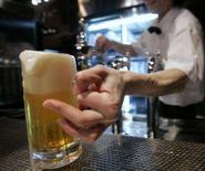 <p>Бармен подает пиво производства компании Sapporo в пивной Sapporo Bier Garten в японском городе Саппоро 19 февраля 2007 года. Любители пива скоро смогут попробовать любимый напиток, произведенный в космосе. Ведущий производитель пива в Японии Sapporo Holdings планирует поставить на рынок пиво внеземного происхождения, сварив его из ячменя, выращенного в российском сегменте Международной Космической Станции в 2006 году (REUTERS/Toru Hanai)</p>