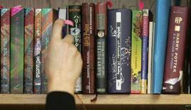 <p>Una serie di edizioni internazionali dei vari capitoli della saga del maghetto Harry Potter. REUTERS/Luke MacGregor (BRITAIN)</p>