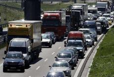 <p>Automobili e camion in coda. REUTERS/Michaela Rehle (GERMANY)</p>