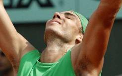 <p>Lo spagnolo Rafael Nadal dopo aver battuto lo svizzero Roger Federer nella finale dei French Open a Roland Garros. REUTERS/Regis Duvignau</p>